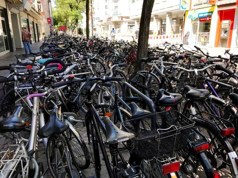 Auch die Innenstadt ist zu großen Teilen mit Fahrrädern zugeparkt