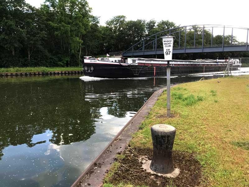 Ein Frachtschiff zieht am Mindener Yachtclub auf dem Mittellandkanal vorbei
