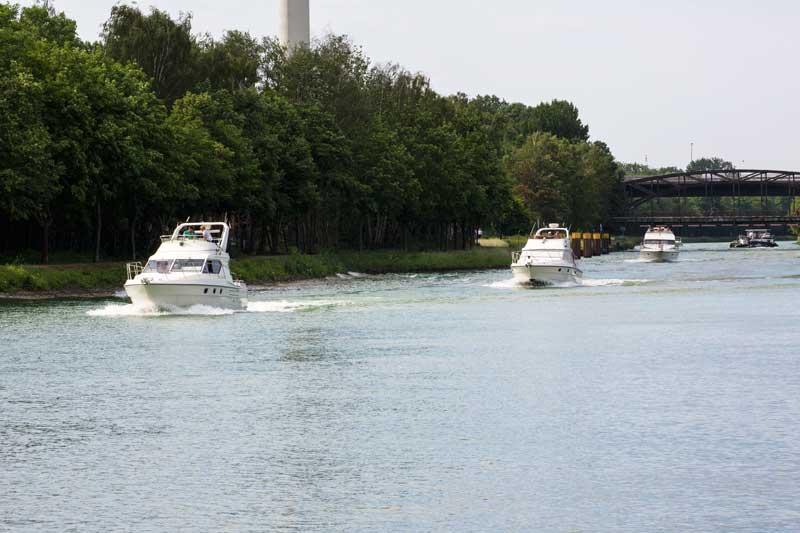 Es kommen uns drei flotte Sportboote auf dem Dortmund-Ems-Kanal entgegen