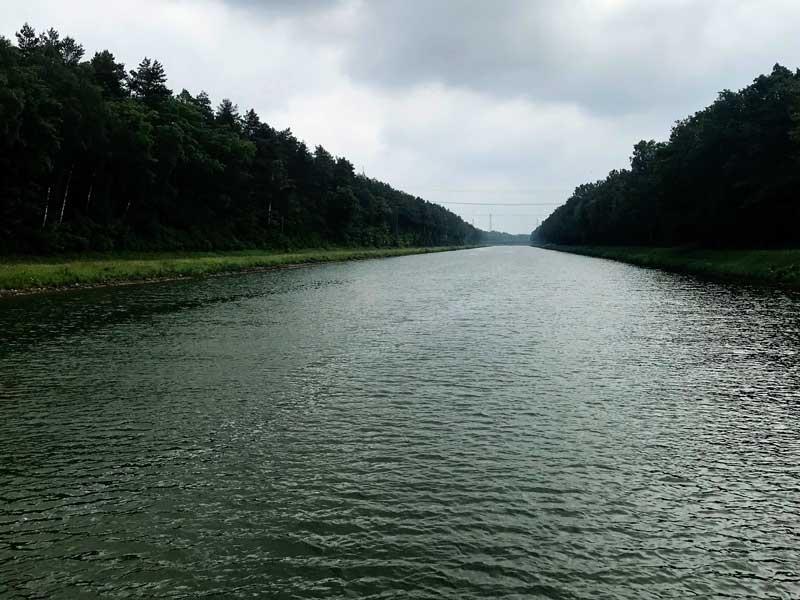 Der Mittellandkanal, gerade wie eine Autobahn, zu beiden Seiten von Nadelwald eingerahmt