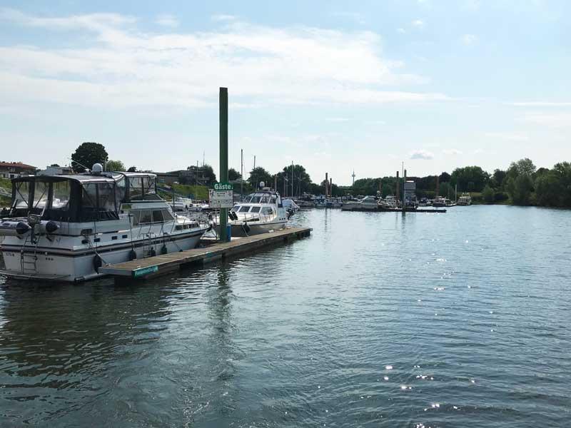 Mehrere Yachtclubs haben Stege in diesem Hafen in Wesel. Die RTG Wesel ist gleich der erste