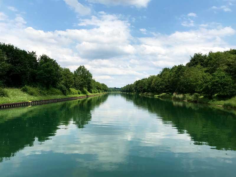 Ganz ruhig und leer und grün liegt der Wesel-Datteln-Kanal vor uns