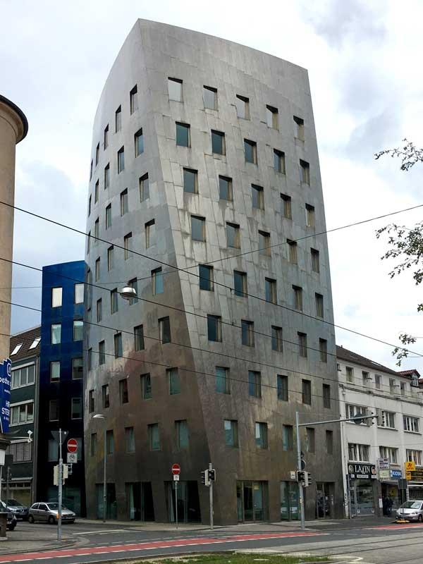 Der Gehry-Tower in Hannover ist ein neunstöckiges Gebäude, das in sich verdreht und mit Stahlplatten verkleidet ist, entworfen von Frank Gehry