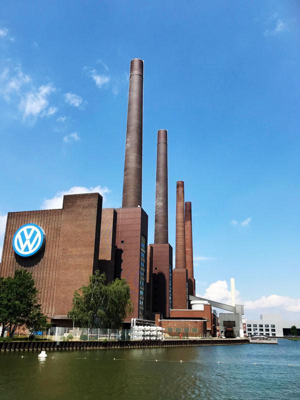 Direkt am Mittellandkanal erhebt sich der ikonische Ziegelbau des Volkswagenwerks mit seinen vier Schloten