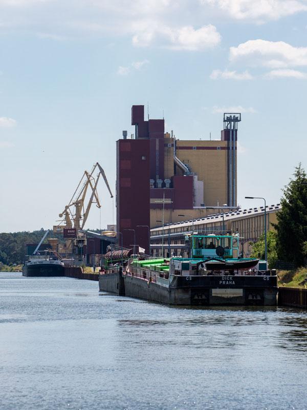Am Sonntag ist nicht viel los im Hafen Bülstringenauf dem Mittellandkanal. Frachtschiffe liegen am Quai und warten auf den Verladebeginn am Montag