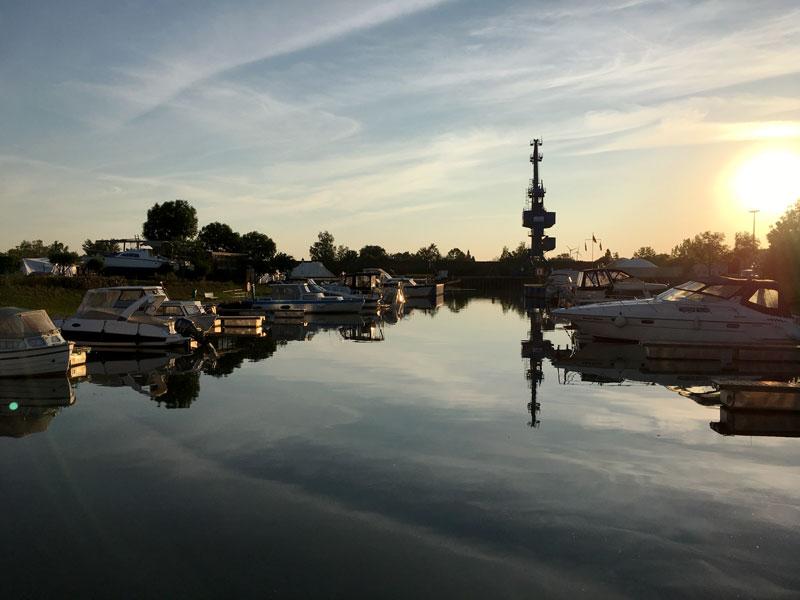 Über dem Yachthafen Haldensleben am Mittellandkanal geht gerade die Sonne auf