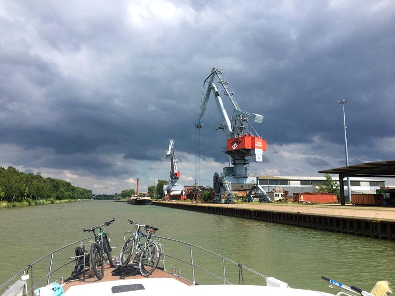 Der Hafen Hannover am Mittellandkanal hat mächtige Krananlagen