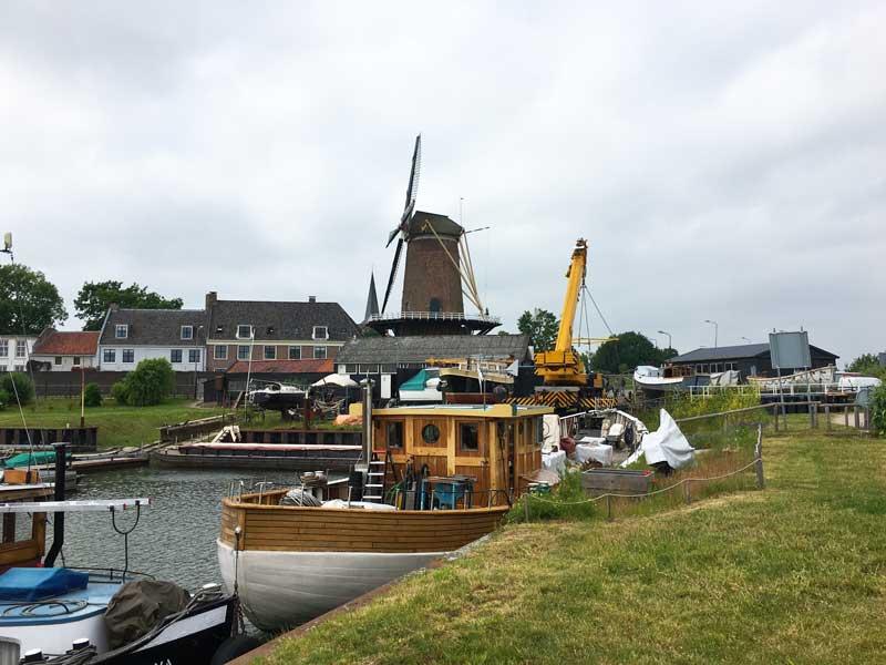 Die Windmühle von Wijk bij Duurstede dominiert die Stadt- und Hafenansicht