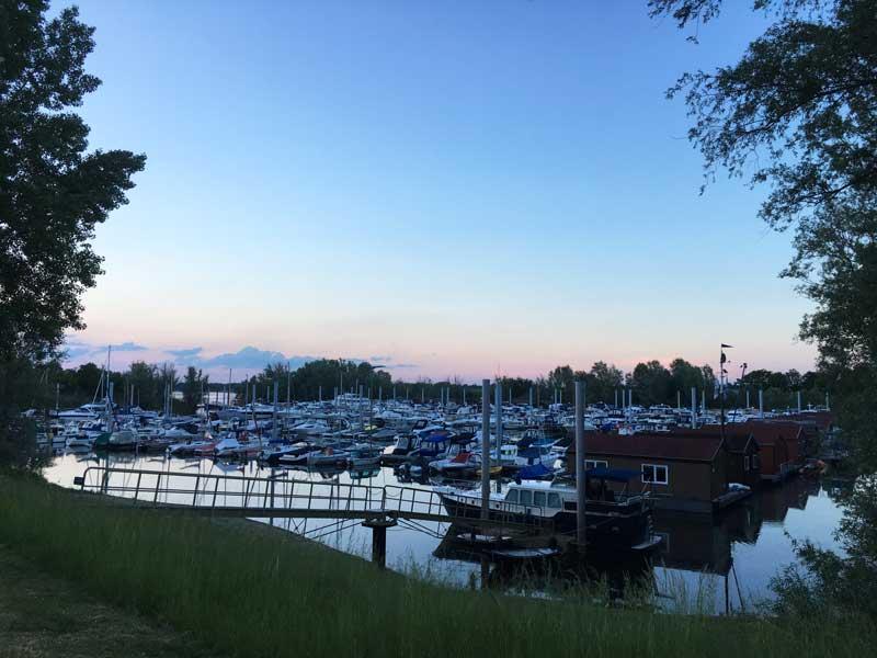 Blick über den abendlichen Yachthafen de Bijland - die Boote stehen dicht an dicht