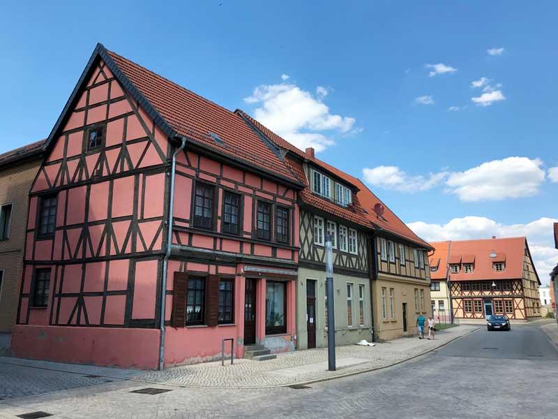 hinter dem Marktplatz von Haldensleben steht ein Ensemble von bunten Fachwerkhäusern