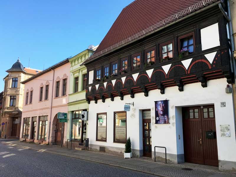 Häuser aus mehreren Epochen stehen nebeneinander in dieser Straße in Haldensleben