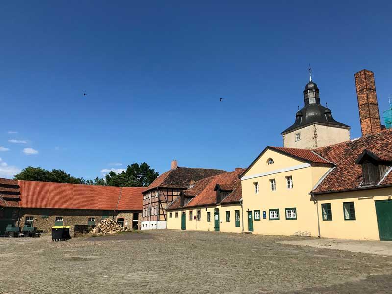 Im alten Burghof des Schlosses Hundisburg in Althaldensleben wurde ein Ehrenhof errichtet mit mittelalterlich anmutender Bebauung
