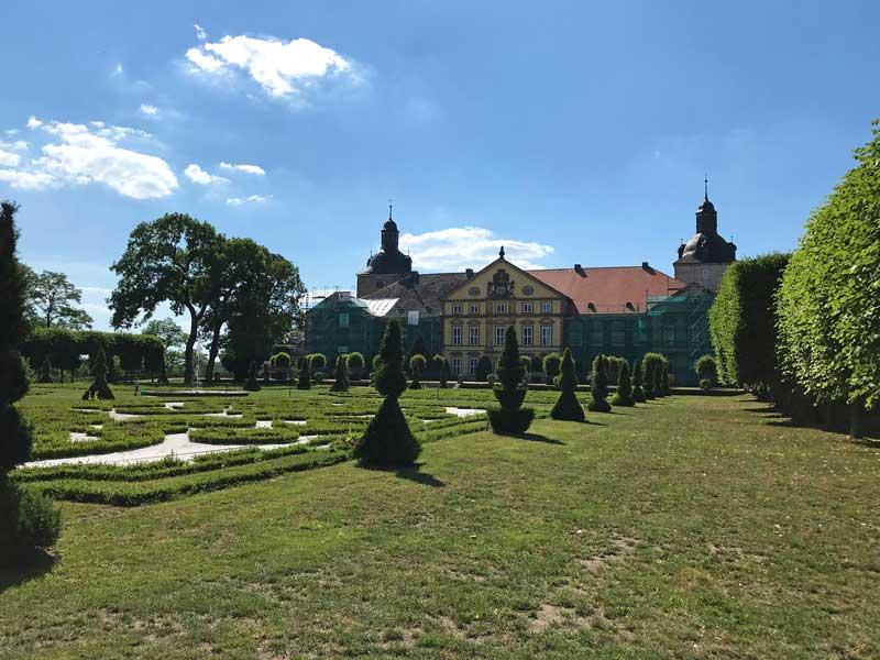 Vor dem Barockschloß Hundisburg in Althaldensleben, Stadtteil von Haldensleben, erstreckt sich ein Barockgarten