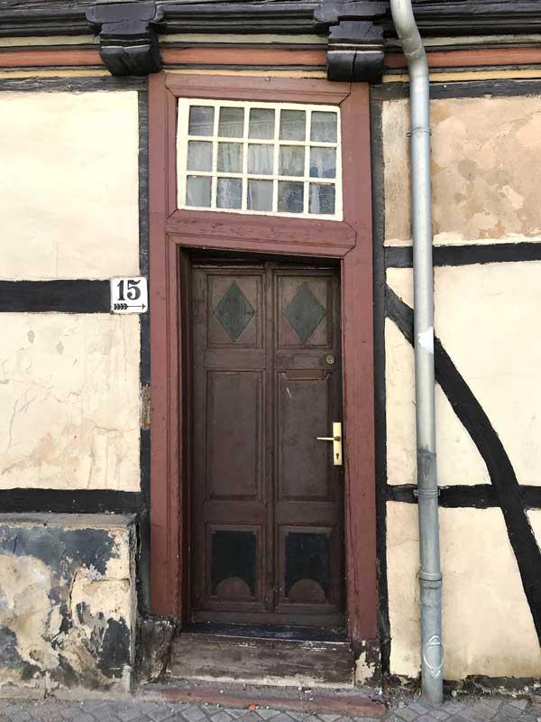 Schönes Detail an einem alten Fachwerkhaus in Haldensleben: in einen total schiefen Türrahmen wurde eine gerade Tür eingepasst