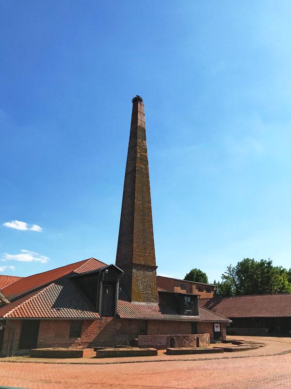 Das technische Denkmal Ziegelei Hundisburg in Haldensleben hat einen hoch aufragenden Schornstein