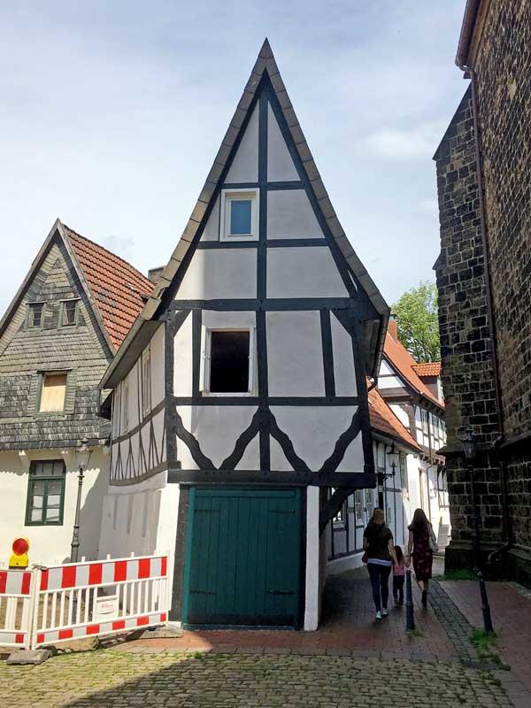 """Das winzige Fachwerkhaus """"Windloch"""" steht direkt neben der Martinikirche in Minden"""