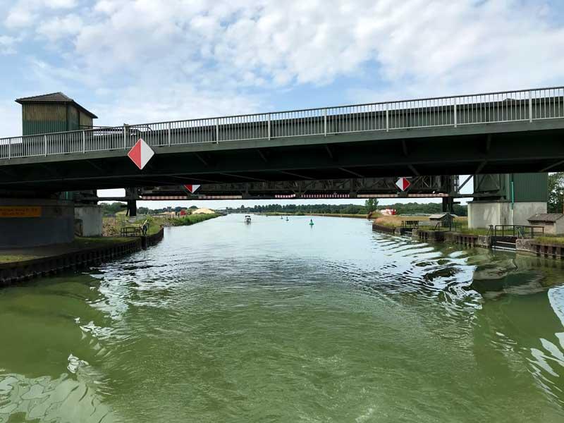 Zwei Brücken direkt hintereinander auf dem Dortmund-Ems-Kanal, die eine etwas niedriger als die andere