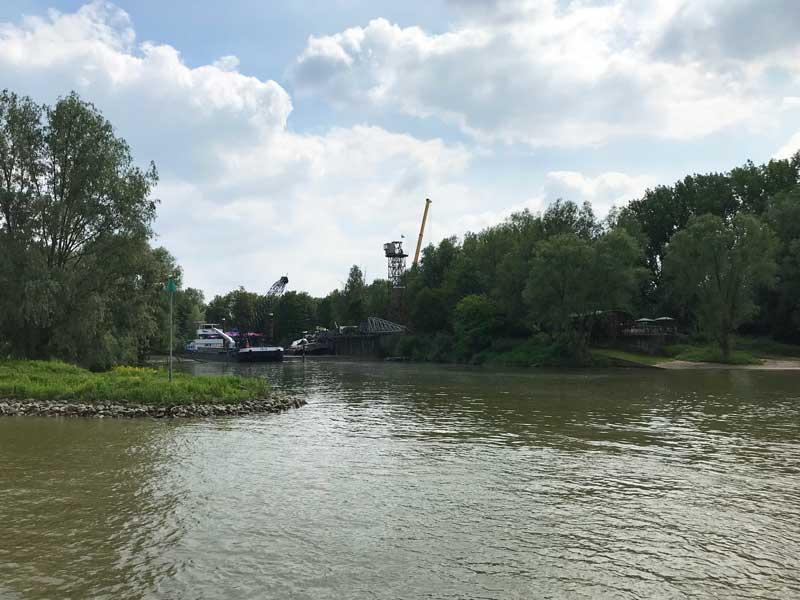 In der Bucht, in der eigentlich unser heutiger Hafen in Arnheim sein sollte, steht nur ein Schwimmbagger
