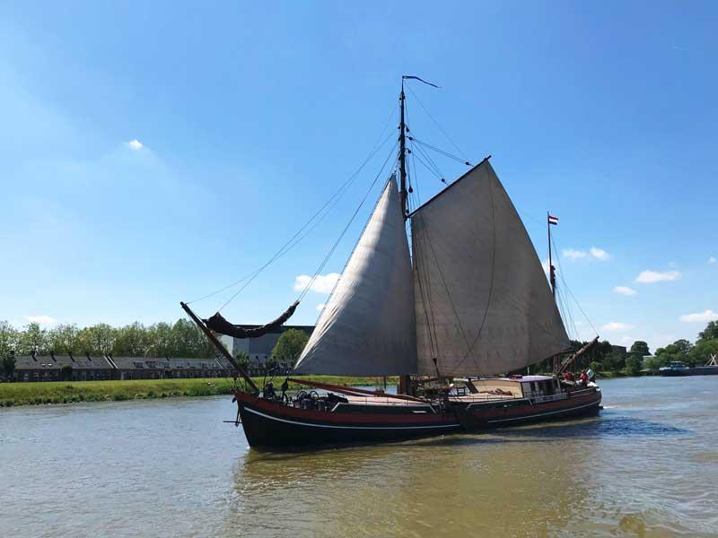 Wir überholen ein historisches Segelboot auf dem Lek, das nicht besonders schnell vorankommt