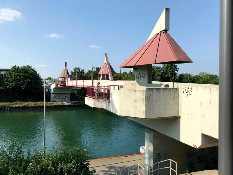 Vor den Mercaden in Dorsten führt die Hochstaden Brücke über den Kanal. Sie ist ziemlich häßlich