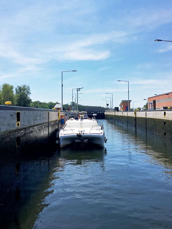 Blick rückwärts aus dem Boot in der Schleuse Zerben auf dem Mittellandkanal. Hinter uns steht ein Katamaran ohne Mast aus Eindhoven