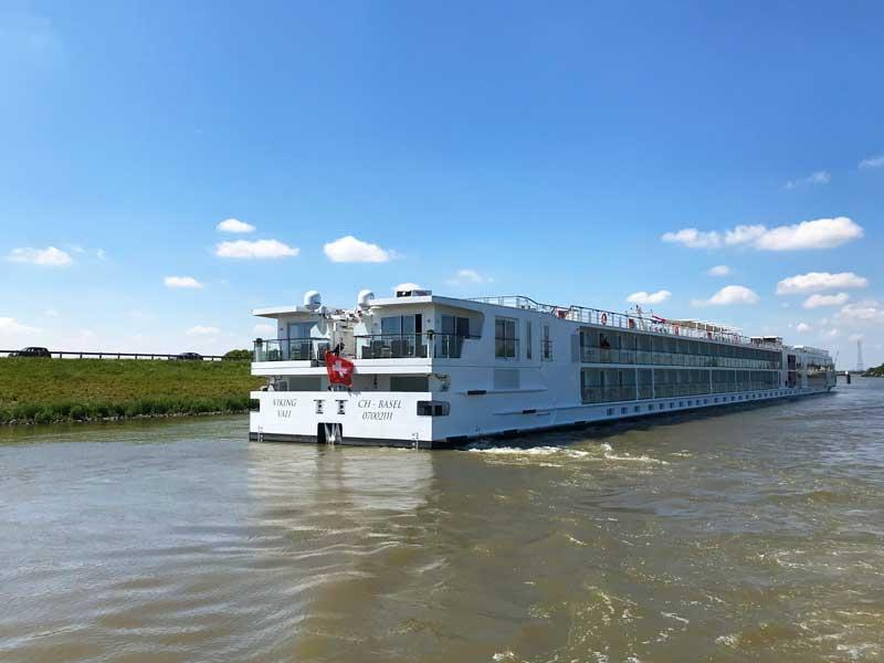 Ein Flusskreuzfahrtschiff der Reederei Viking legt gerade von der Haltestelle Kinderdijk ab