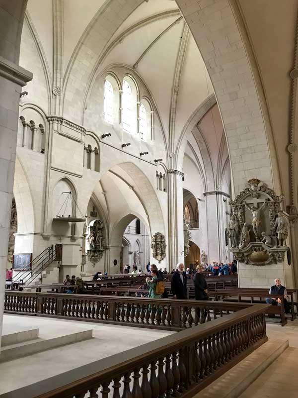 Der Innenraum des Doms von Münster ist trotz der enormen Größe sehr freundlich