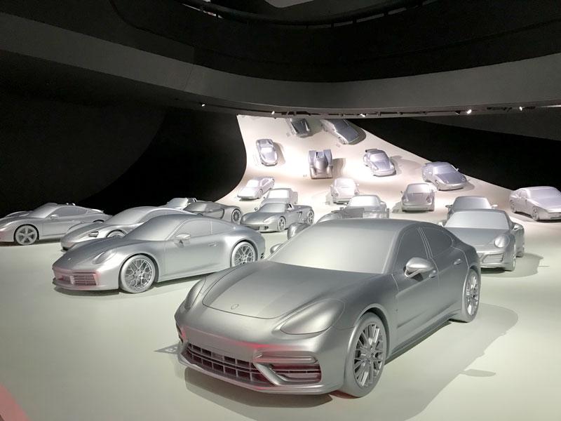 Viele silberne Porschemodelle im Porsche Pavillon in der VW Autostadt in Wolfsburg