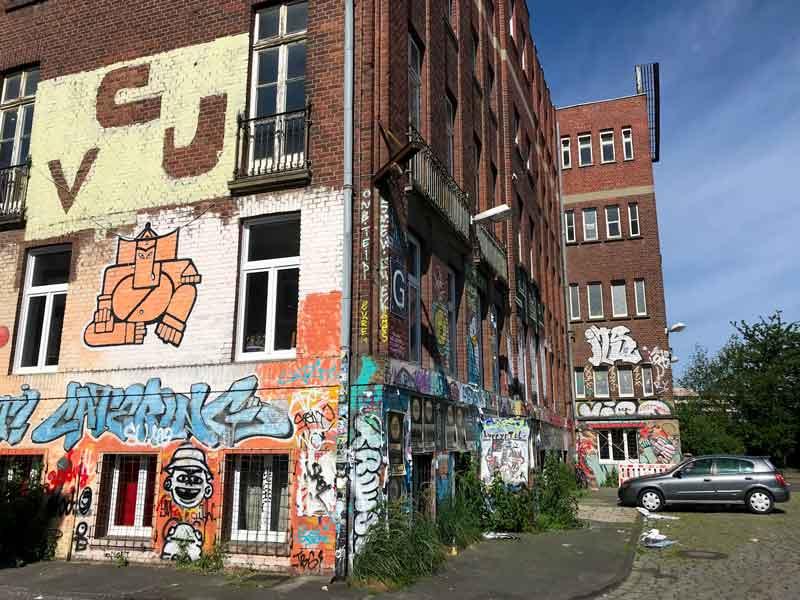 In den Docklands von Münster sind all die alten Industriegebäude vollständig mit Graffiti besprüht