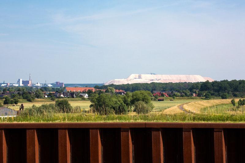 Von der Brücke des Mittellandkanals über die Elbe bei Magdeburg aus hat man einen guten Blick auf das Kaliwerk Zielitz bei Wolmirstedt