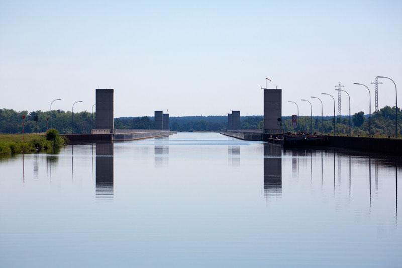Spiegelglatt ist das Wasser des Mittellandkanals auf der Kanalbrücke über die Elbe bei Magdeburg