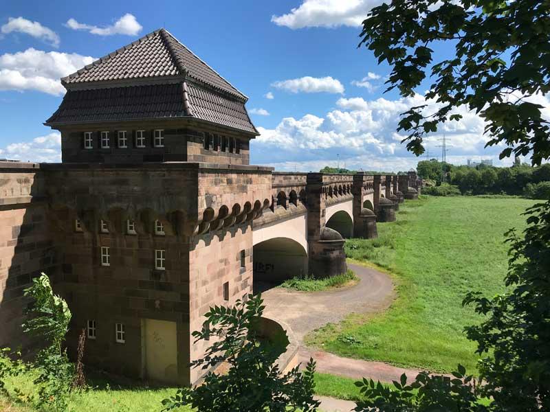 Bei Minden führt eine mächtige Kanalbrücke den Mittellandkanal über die Weser