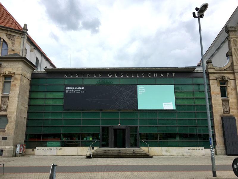Der Bau der Kestner Gesellschaft in Hannover besteht aus einer modernen grünen Glasfassade zwischen zwei wuchtigen klassizistischen Häusern, von denen eins ebenfalls Ausstellungsräume enthält