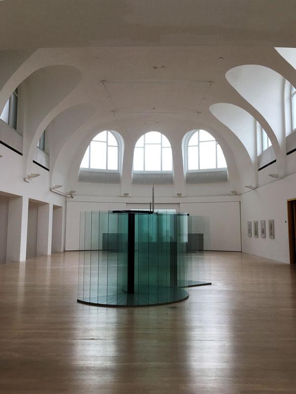 Im Altbau der Kestner Gesellschaft gibt es einen kirchenartigen Ausstellungsraum. Ein Exponat von Goshka Macuga aus Glas steht in der Mitte des Raums