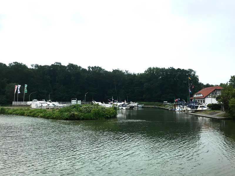 Bei PK81 am Mittellandkanal liegt der kleine Yachtclub Lübbeke etwas zurückgesetzt
