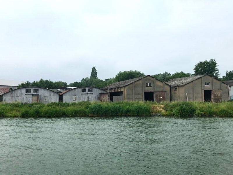Niedrige alte Lagerhallen entlang des Mittellandkanals