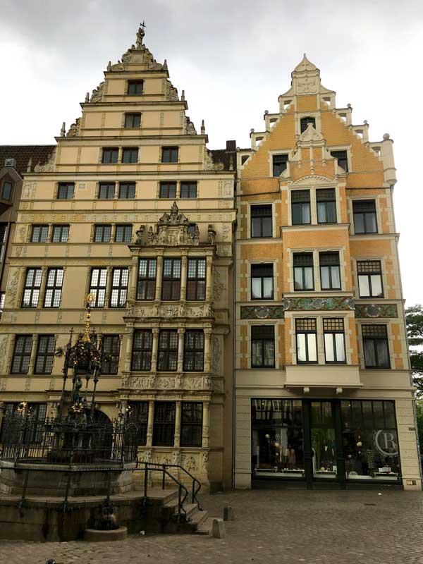 Das wiederaufgebaute Leibnizhaus in Hannover hat eine hübsche verschnörkelte Fassade und einen reich verzierten Erker über drei Stockwerke