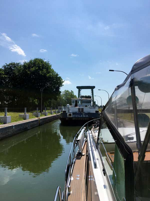 In der Schleuse Datteln werden wir zusammen mit zwei Frachtschiffen hocgeschleust, unter anderem der CELINA aus Duisburg