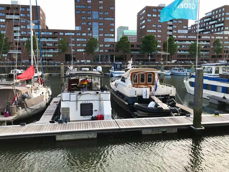 Die AWOL liegt in der City Marina Rotterdam, im Hintergrund die modernen Wohnhäuser