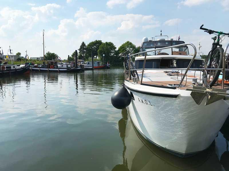 Vorne liegt die AWOL, im Hintergrund auf der anderen Seite des Hafens die alten Schleppboote