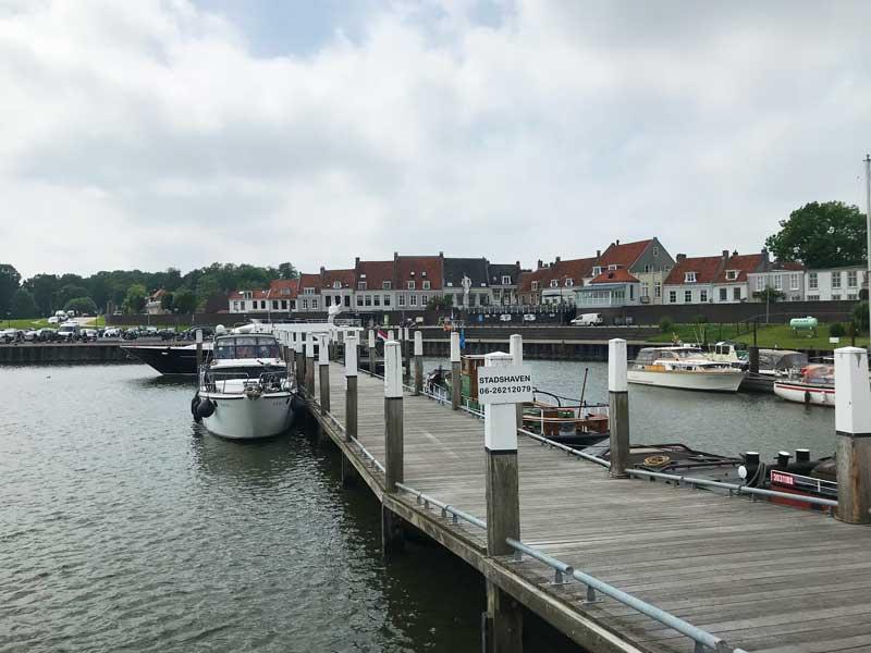 Der Stadthafen von Wijk bij Duurstede liegt unmittelbar vor den Toren der Stadt, nur ein Deich trennt uns