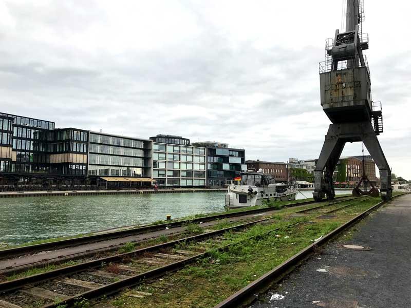 Unser Boot liegt im Medienhafen Münster unter dem alten Kran, gegenüber ist die Zeile mit den ganzen Kneipen