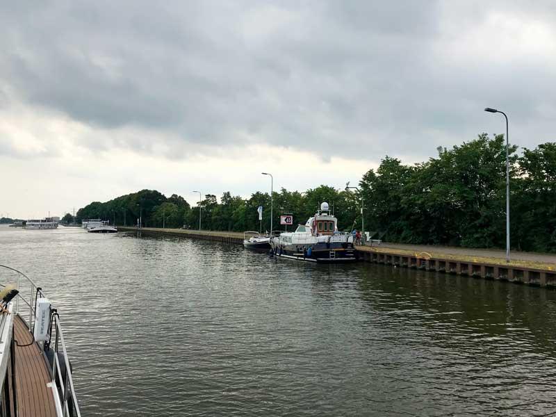 Es gibt am Mittellandkanal bei Minden einen Sportbootanleger direkt an der Wesermündung