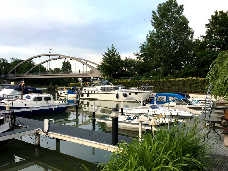 Im Yachthafen Hannover liegen wir mit dem Boot ganz hinten im Becken im rechten Winkel zum Mittellandkanal