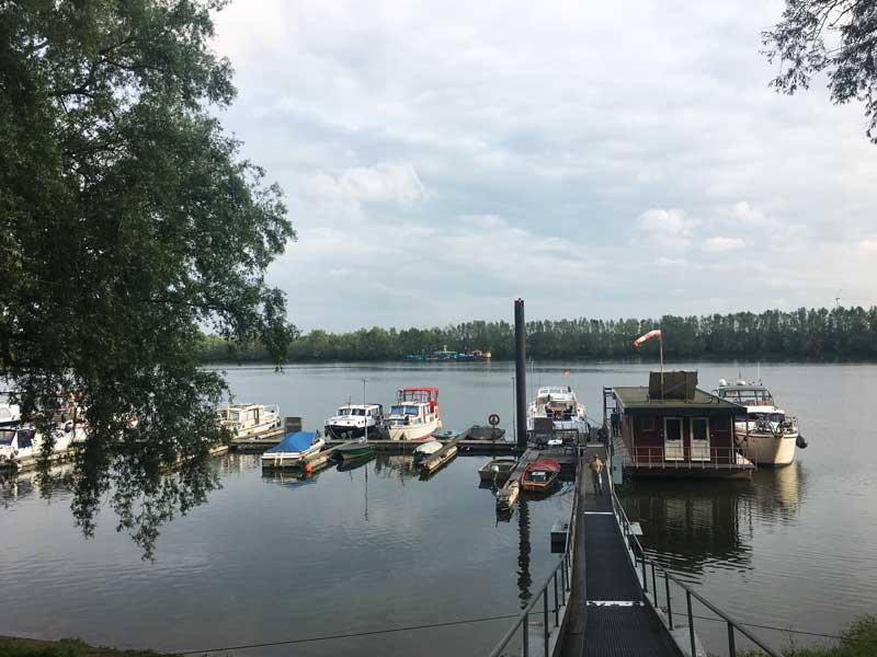 Blick vom Ufer auf den kleinen Yachthafen WSV Xanten