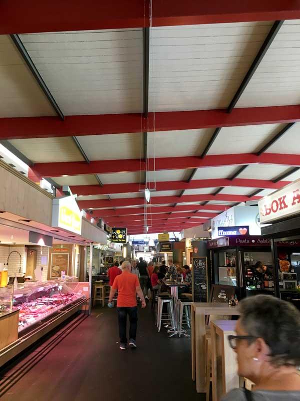In der Markthalle Hannover gibt es hauptsächlich Imbissstände und kleine Restaurants