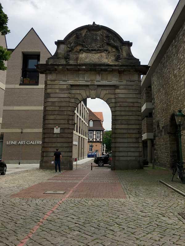 Das Marstalltor ist im zweiten Weltkrieg von einem Haus übriggeblieben und fungiert als eine Art Tor zur Altstadt
