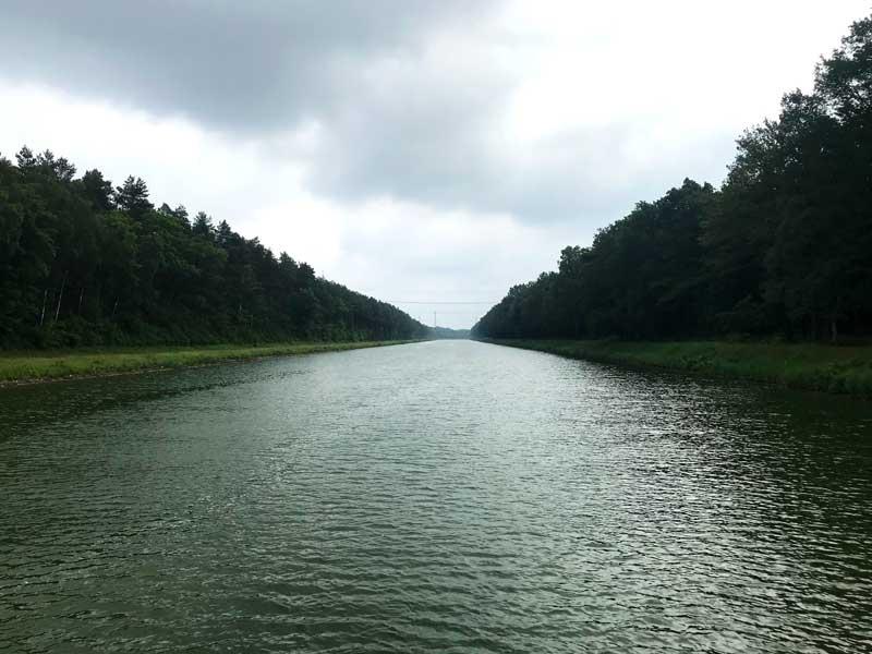 Der Mittellandkanal läuft schnurgerade zwischen den Bäumen dahin