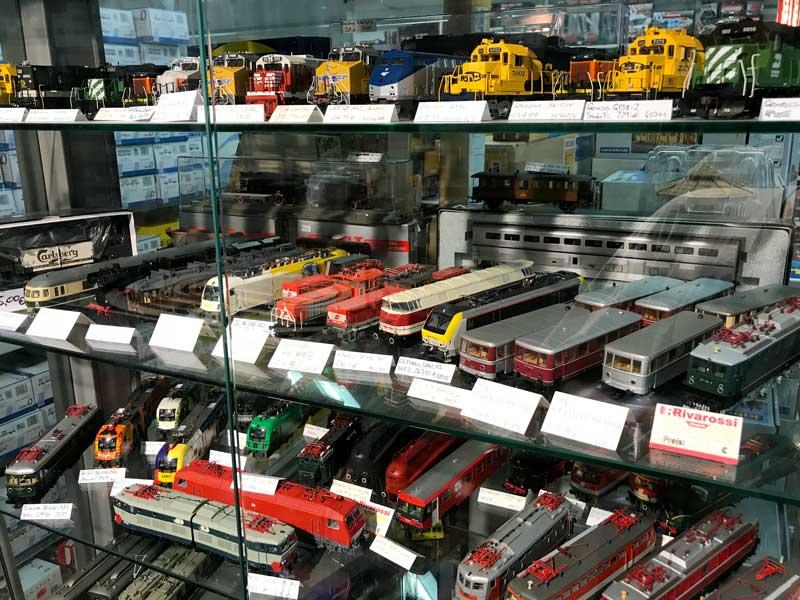 Modelleisenbahnloks in einer Vitrine bei Train & Play in Hannover