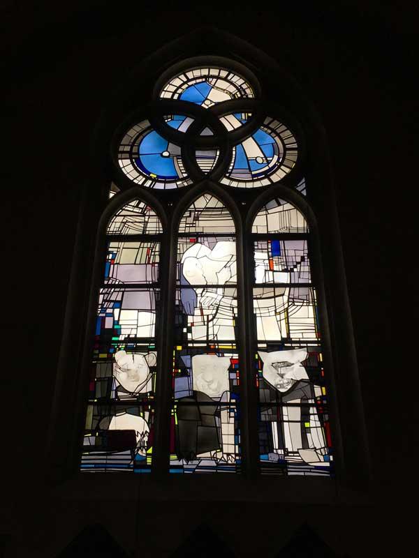 Ein Teil des Doms von Münster hat außergewöhnlich schöne moderne Buntglasfenster